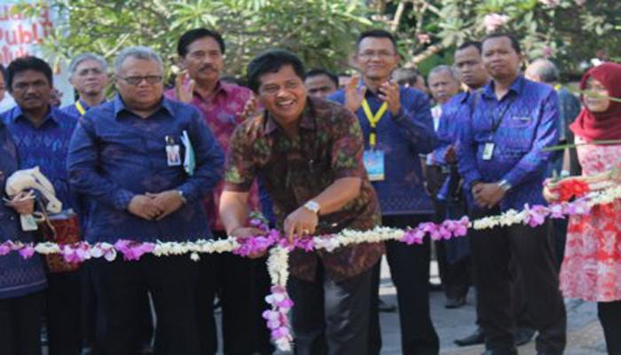 Wakil Gubernur Bali I Ketut Sudikertha didampingi oleh Andreas Suhono Dirjen Ciptakarya membuka pameran dengan memotong bunga