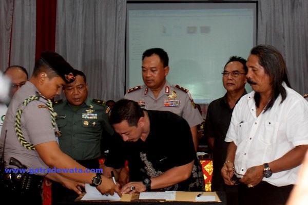 Ketut Ismaya Jaya Sekretaris Jendral Laskar Bali dan Ketut Sukarta Sekretaris Umum Baladika sepakat menandatangani kesepakatan damai