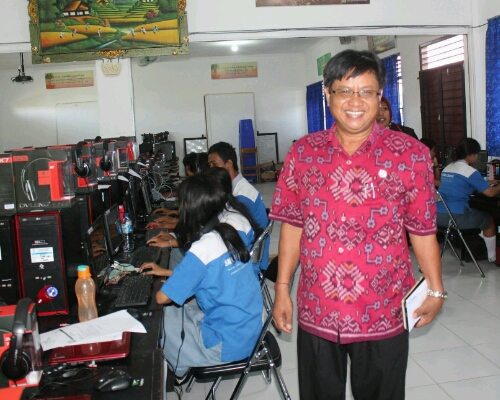 Kepala Sekolah memperlihatkan ruangan Multi Media SMK PGRI 3 Badung, foto;alt
