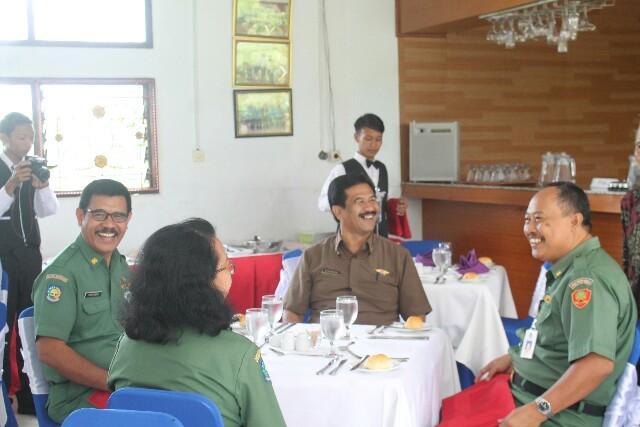 Kabid Dikmenjur Provinsi Bali saat mengikuti table manner rangkaian UKK di SMK PGRI 1 Badung, foto; alit