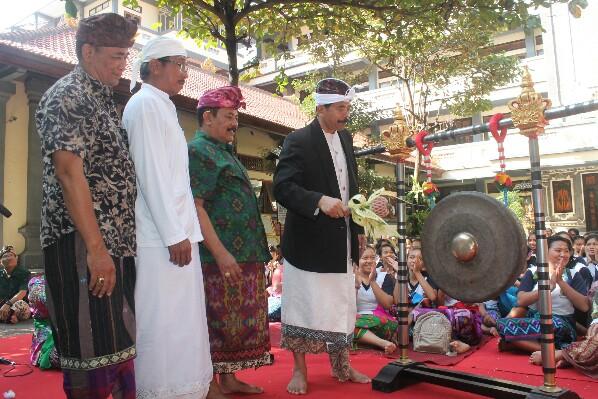 Ketua PHDI Bali meresmikan Pasraman SMP PGRI 2 Denpasar, foto:GATRADEWATA.com