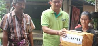 Bupati Suwirta Bantu Warga Kurang Mampu di Desa Selat dan Tegak