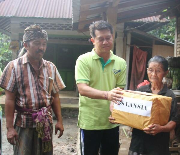 Bupati Suwirta menyerahkan bantuan CSR Gangga Express kepada warga tidak mampu, foto; istimewa