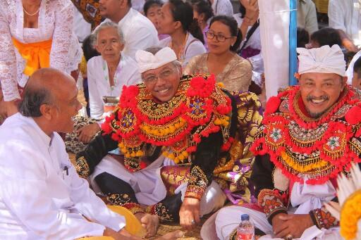 Civitas Akademika ISI Denpasar saat ngayah di Pura Dalem Penyucian, Desa Bungkulan, Singaraja, saat karya belum lama ini. Foto: Istimewa